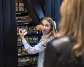 PRESSEMEDDELELSE - Et år med skjult tobak 50 mio. færre solgte cigaretter i Netto, føtex og Bilka