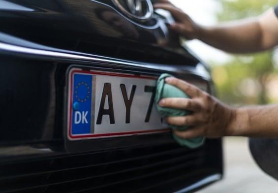 PRESSEMEDDELELSE: Første nummerpladeforsikring på vej til danske bilister
