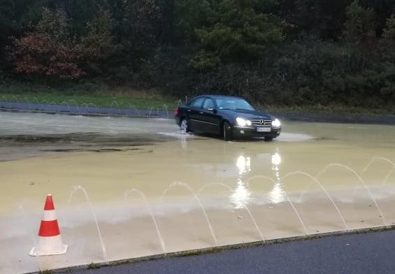 PRESSEMEDDELELSE: Transportordfører kom på glatis i sin nye bil