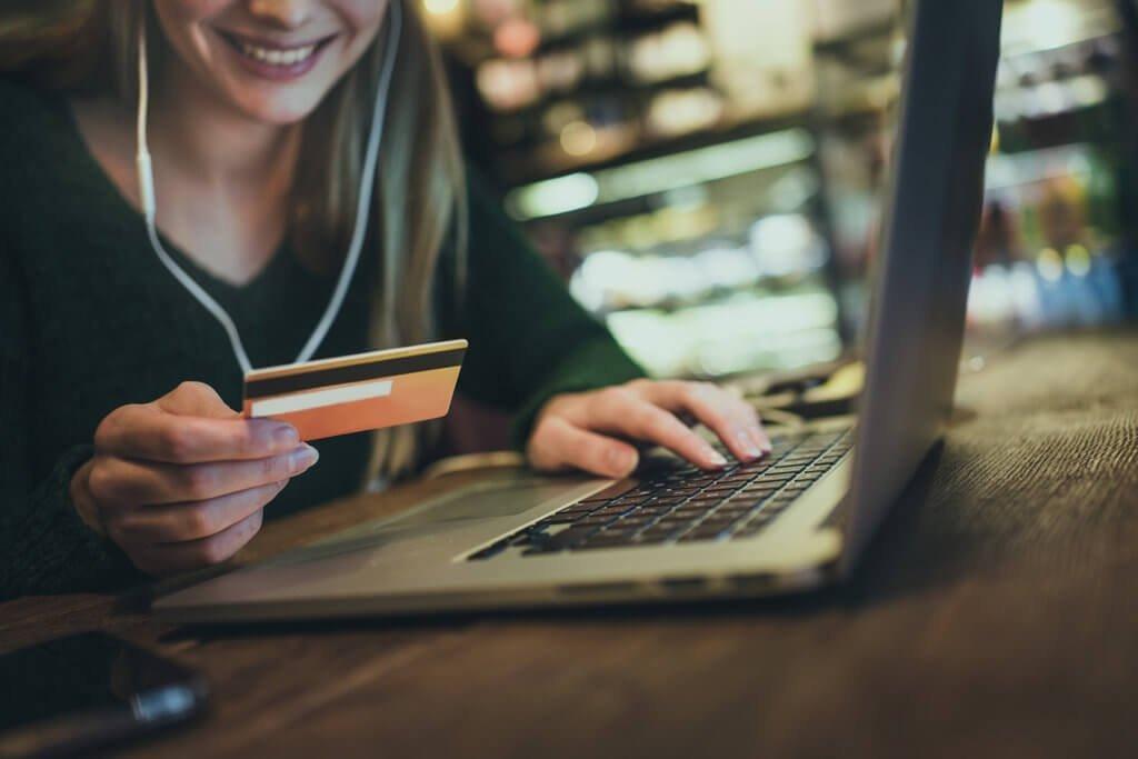 PRESSEMEDDELELSE: Rødglødende betalingsvinduer – Danskernes Black Friday-shopping nåede nye højder
