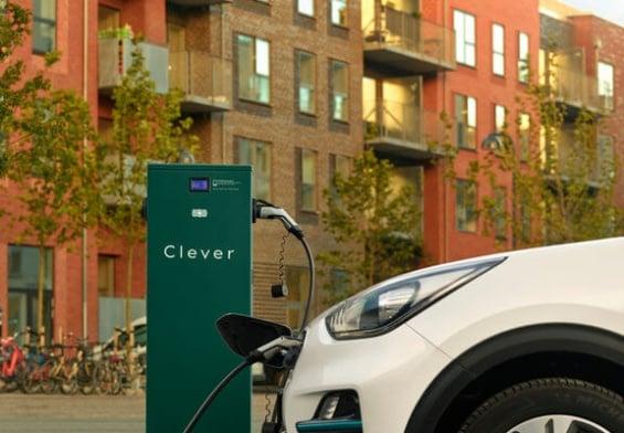 PRESSEMEDDELELSE: Clever vil give aalborgenserne flere ladepunkter til elbiler
