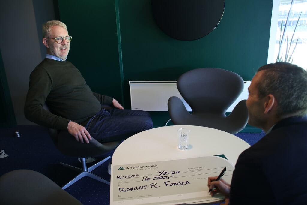 PRESSEMEDDELELSE: Andelskassen støtter Randers FC Fonden med 16.000 kr. fra bankens lokallånspulje