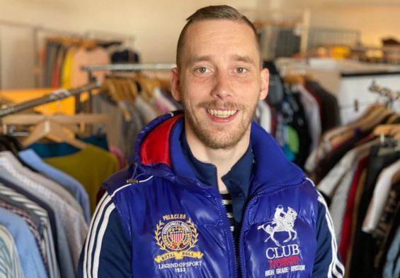 PRESSEMEDDELELSE: Claus sorterer tøj og hjælper socialt udsatte og føler at han gør en forskel