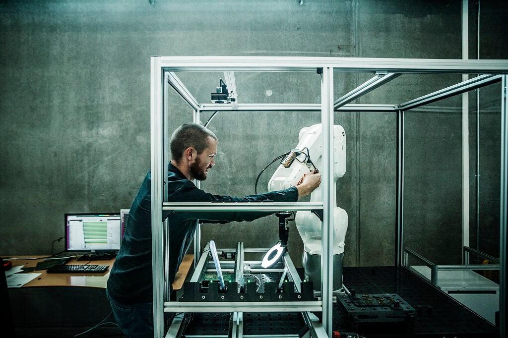 PRESSEMEDDELELSE: Robotter kan genstarte dansk produktion