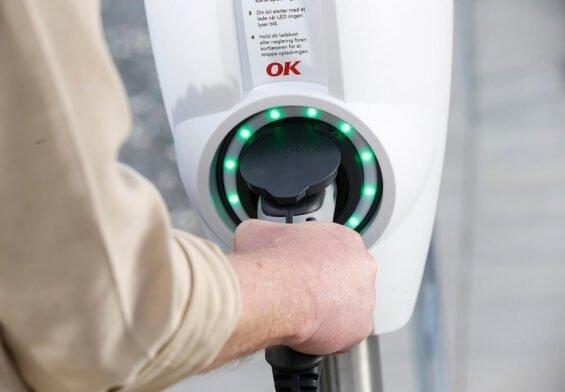PRESSEMEDDELELSE: OK og Vestas klar med grøn strøm til elbiler fra verdens største batteridrevne ladestander