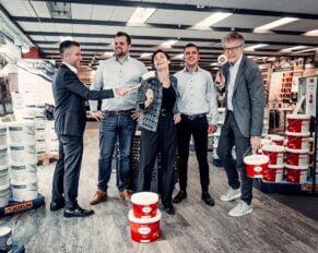 PRESSEMEDDELELSE – 3 løver fra Løvens Hule investerer 2.700.000 kroner i malevirksomheden DecoFarver.dk