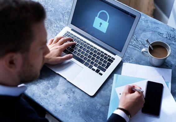 PRESSEMEDDELELSE – Ny cyberforsikring skal beskytte flere SMV'er mod cyberangreb
